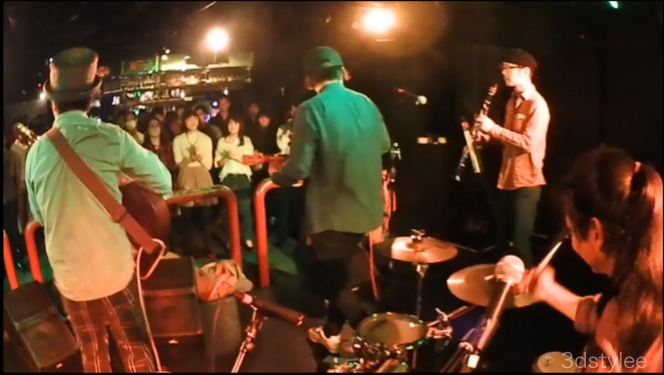 バンドを真後ろから撮影した動画キャプション