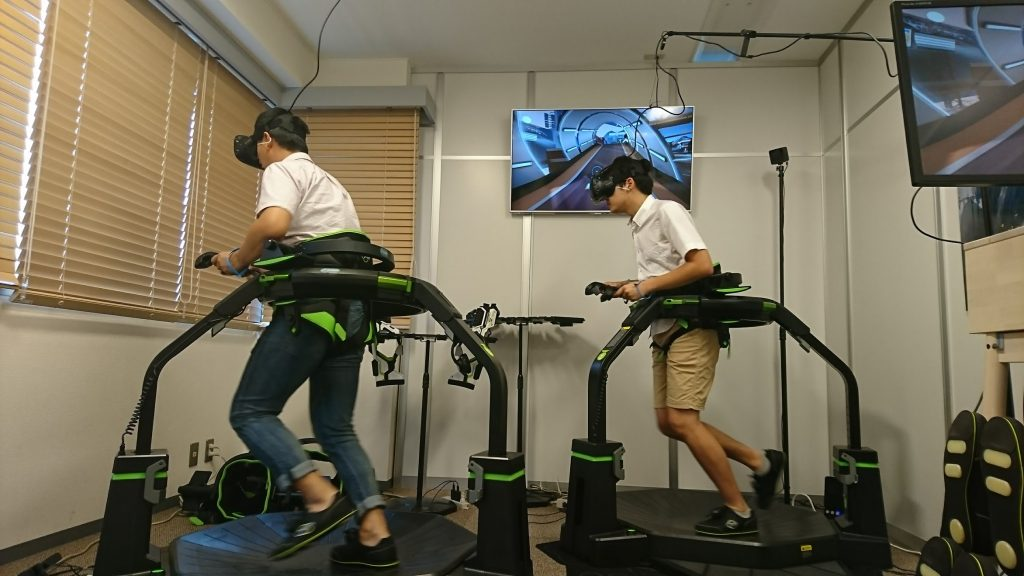 VR空間を走り回る筆者