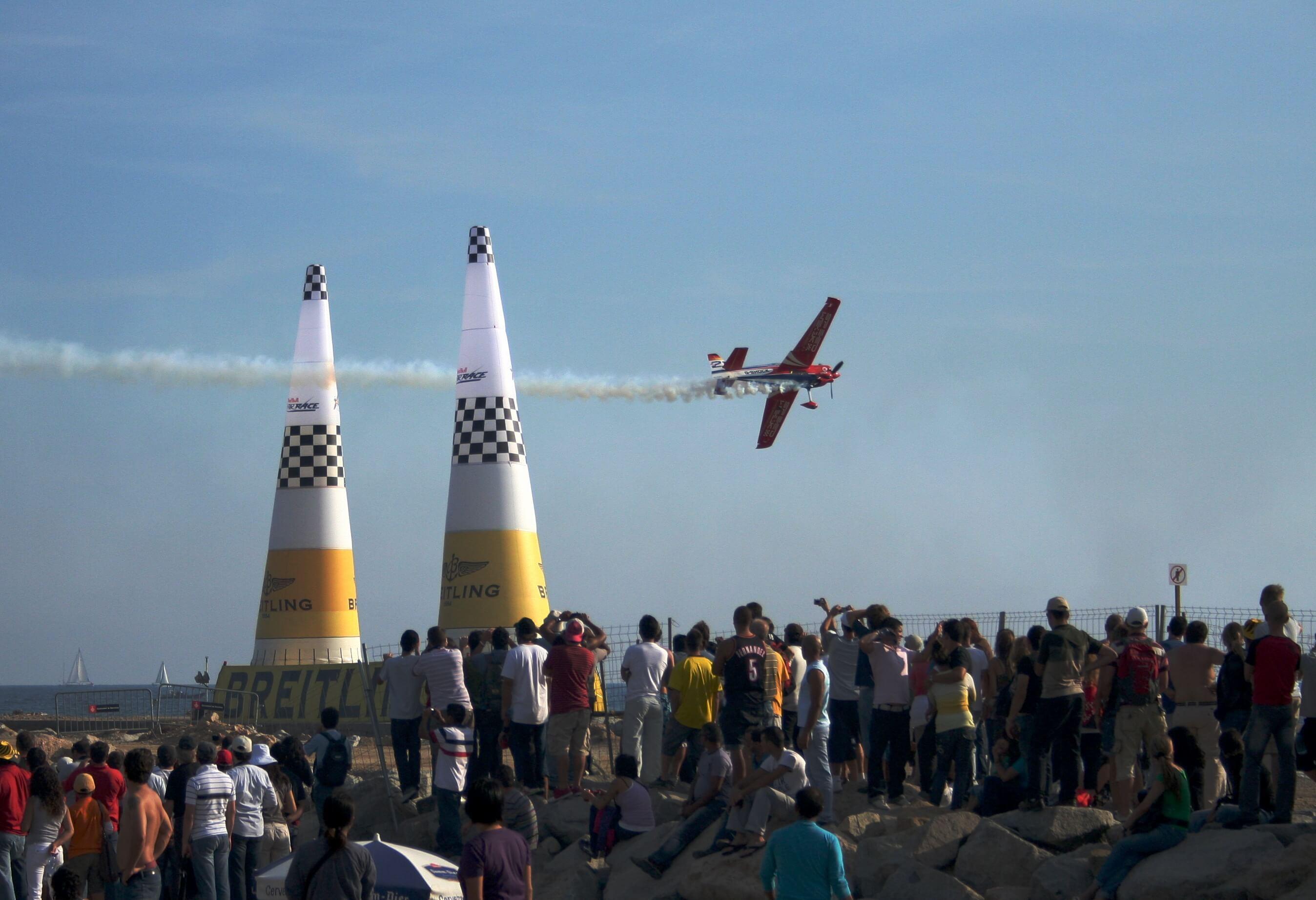 飛行するRed Bull Air Raceプロペラ機