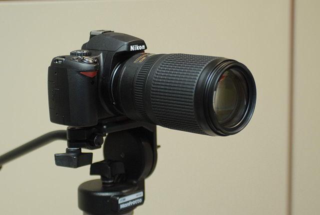 Nikon_D40_with_Nikon_AF-S_VR_Zoom-Nikkor_70-300mm_F4.5-5.6G_IF-ED_lens_on_Manfrotto_tripod