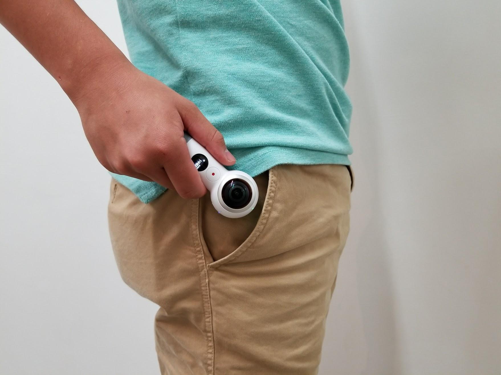 ポケットから取り出すGear 360