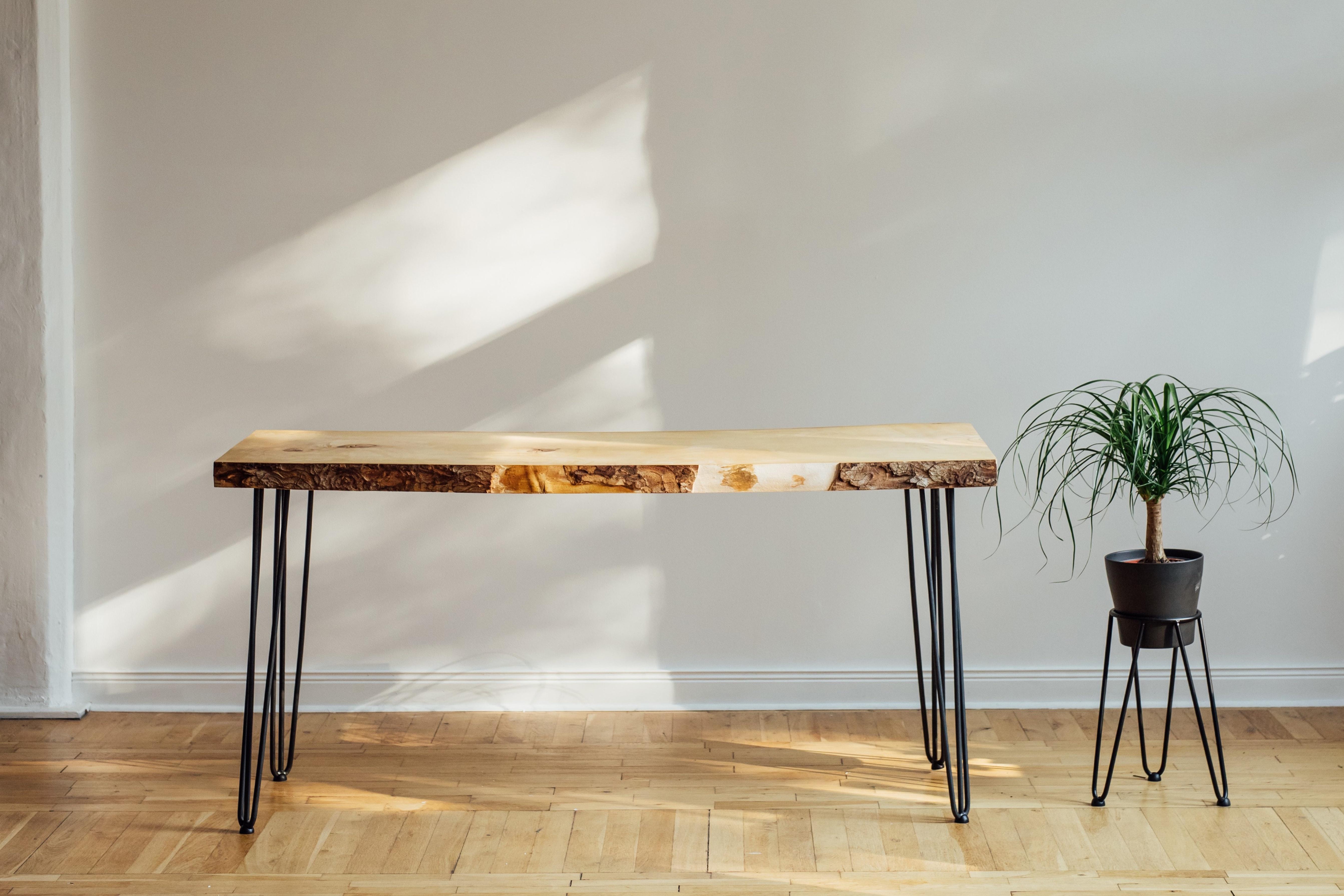 机と観葉植物のインテリア