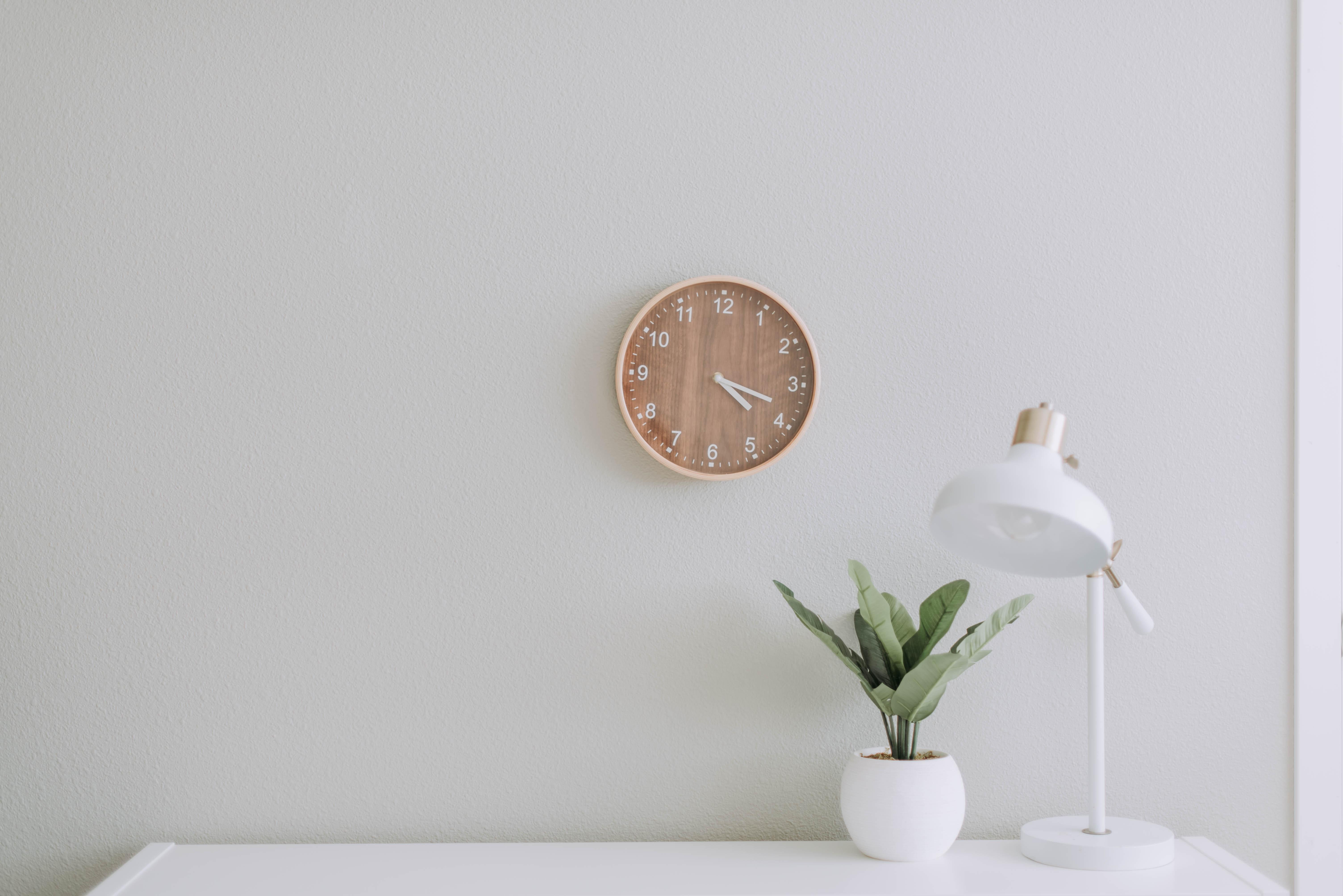 十分なスペースをとって綺麗に配置された時計と照明と観葉植物